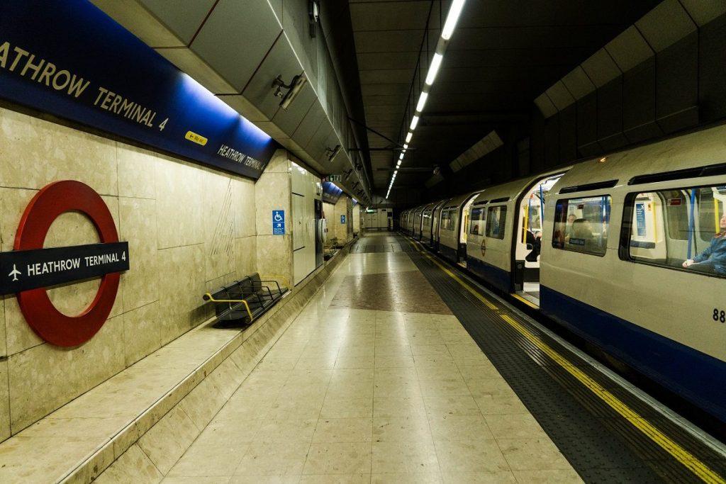 Una buena opción si tenemos claro nuestro destino y muy económica es el metro
